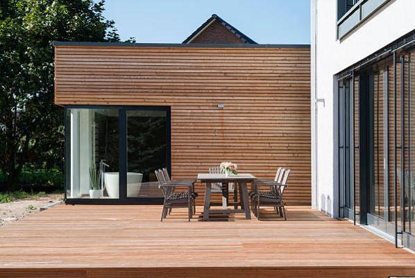 terrasse-exterieure-bois-maison-jardin